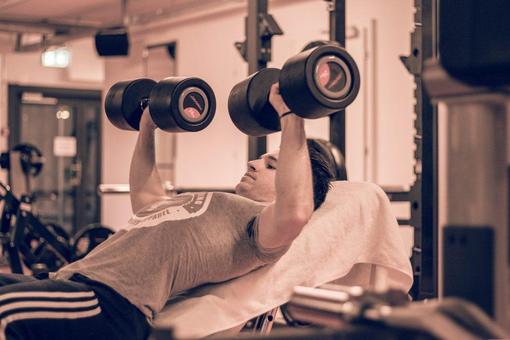 Integriere Intensitätstechniken wie Dropsets und Supersets, um dein Training abwechslungsreich zu gestalten